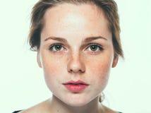 Ståenden för kvinnastudioskönhet får fräknar med långt hår arkivbilder