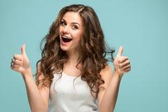 Ståenden för ` s för ung kvinna med lyckliga sinnesrörelser arkivfoto