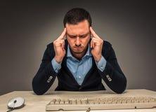Ståenden frustrerade unga mannen, händer trycker på huvudet Arkivbilder