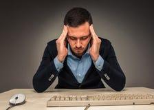 Ståenden frustrerade unga mannen, händer trycker på huvudet Royaltyfri Fotografi