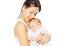 Ståenden som älskar modern som kysser henne, behandla som ett barn på vit bakgrund Royaltyfri Foto