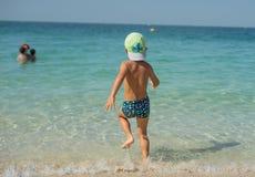 Ståenden som ler behandla som ett barn lite, pojken som spelar i havet, havet Positiva mänskliga sinnesrörelser, känslor, glädje  Royaltyfri Fotografi