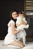Ståenden spelar en moder med en liten dotter Royaltyfri Fotografi