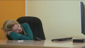 Ståenden tröttade affärskvinnan som gäspar och sover på tabellen i arbetsplats lager videofilmer