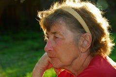 ståendepensionärkvinna royaltyfria bilder