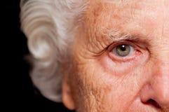 ståendepensionärkvinna Arkivbilder