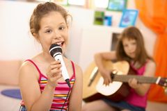 ståendeschoolgirlsångare Arkivbild