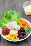 Ståendesiktsgrönsaker och fruktsallad på trä Fotografering för Bildbyråer