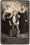 ståendetappningkvinnor royaltyfri bild