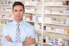 StåendeUK-pharmacist på arbete Arkivfoton