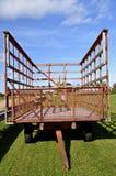 Stål caged vagn på lantgård Arkivfoton