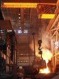 Stål flöden för smält metall fabrik Royaltyfria Foton
