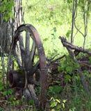 Stål-hjul drevaxel som begravas i busken royaltyfri bild