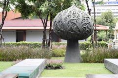 Stål Lotus Sculpture i en trädgård royaltyfri fotografi