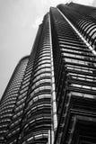 Stål- och exponeringsglasbyggnadsstruktur i svartvitt royaltyfria bilder