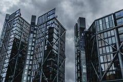 Stål- och exponeringsglasskyskrapor blockerar ut Grey Sky arkivbild