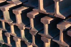 Stål rails nära för spår som upp tillsammans travas arkivfoton