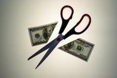 Stål Scissors klipp i halva en 100 dollar USA räkning Fotografering för Bildbyråer