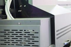 Stål som stämplar plattan av en maskin arkivbild