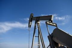 Stålar för pump för plats för råoljaproduktionbrunn mot blåa himlar i den Niobrara skiffern royaltyfria bilder