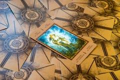 Stålar för tarokkort av spadar Labirinth tarokdäck esoterisk bakgrund Royaltyfri Foto