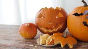 Stålar-nolla-lykta eller sned halloween pumpor stock video