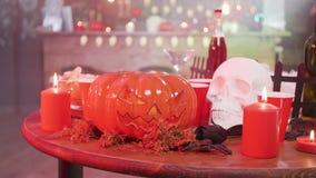 Stålar-nolla-lykta halloween symbol på en tabell med en skalle och stearinljus arkivfilmer