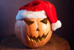 Stålar-nolla & x27; - lykta i en röd jultomtenhatt, fotografering för bildbyråer