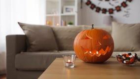 Stålar-nolla-lykta och halloween garneringar hemma stock video