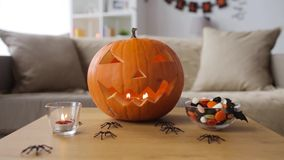 Stålar-nolla-lykta och halloween garneringar hemma arkivfilmer