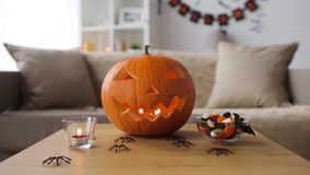 Stålar-nolla-lykta och halloween garneringar hemma lager videofilmer