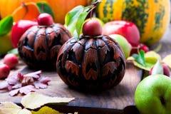 Stålar-nolla-lykta på träbakgrund isolerad white för höst begrepp halloween Arkivbilder