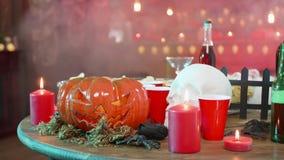Stålar-nolla-lykta, skalle och andra halloween garneringar för ett stort parti stock video