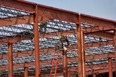 Stålarbetare på en konstruktionsjobbplats arkivfoto