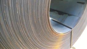 Stålark som är hoprullade in i rullar Exportstål Emballage av steen royaltyfria foton