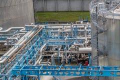 Stålbehållare, rör och överföringssystem för bränslen och gaser Industriell infrastruktur i bearbetningsanläggningen Arkivbild