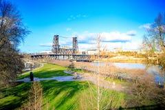 Stålbro över den Willamette floden i Portland royaltyfri fotografi