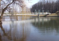Stålbro över en flod Royaltyfria Bilder
