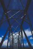 Stålbro med bakgrund för blå himmel Royaltyfri Fotografi