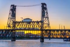 Stålbro på solnedgången Arkivbild