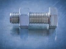 Stålbult och mutter på metalliskt bakgrundskonstruktionsbegrepp Arkivfoton