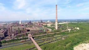 Stålfabrik med fabriksskorsten på den suny dagen metallurgical växt stålverk järnarbeten Tung bransch i Europa Luftförorening för stock video