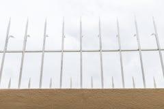 Stålgrova spikar på cementväggen Royaltyfria Foton