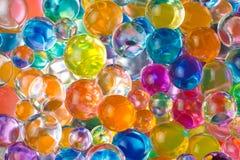 Stålgrund under bollarna av hydrogel Arkivfoto
