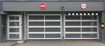 Stålingreppsportar i underjordisk parkering Royaltyfria Foton