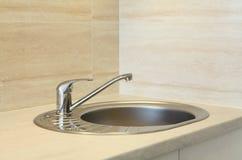Stålkökvattenkran och vask Fotografering för Bildbyråer