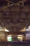 Stålkonstruktion från under den gamla bron Arkivfoton
