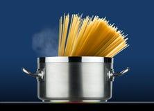 Stålkruka med spagettimatlagning Arkivfoto