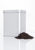 Stålkrus för svart te med löst te bredvid det Royaltyfri Bild