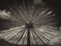 Stålmaskrosabstrakt begrepp av vattenspringbrunnen i mono arkivbilder